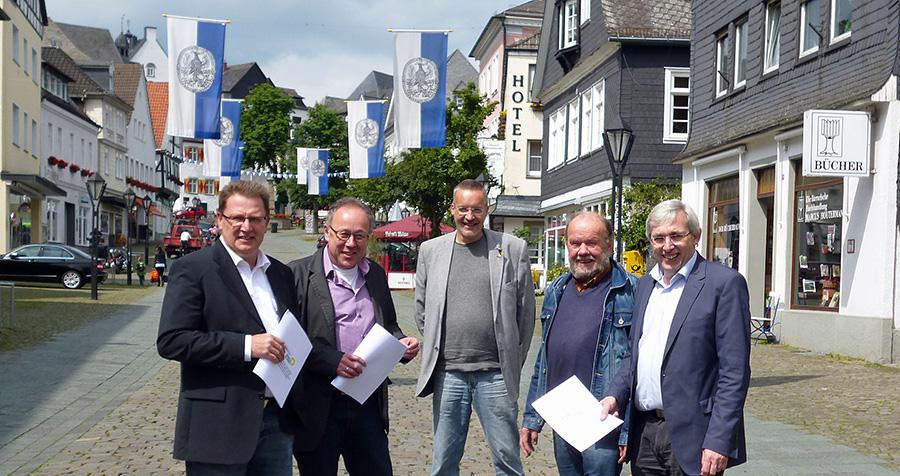 Schwarz-Grüne Zusammenarbeit bis 2020: v.l.n.r. Klaus Büenfeld (CDU), Jochem Hunecke (CDU), Thomas Wälter (Grüne), Hans Wulf (Grüne) und Klaus Kaiser (CDU). (Foto: oe)
