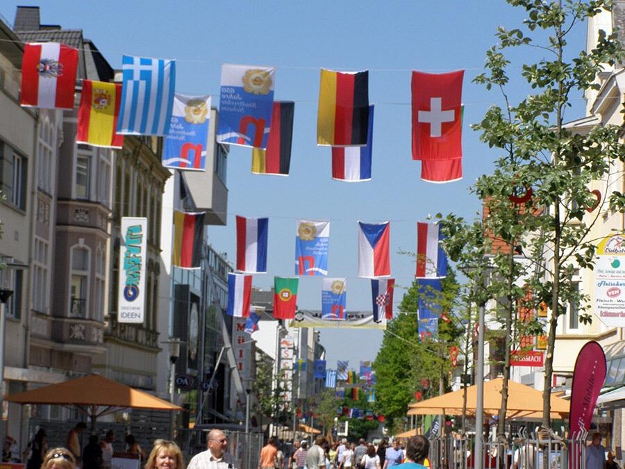 Die Neheimer Innenstadt hat sich mit 400 bunten Nationalflaggen geschmückt. (Foto: Aktives Neheim)