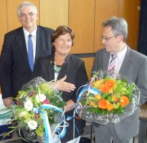 Bürgermeister Hans-Josef Vogel gratulierte seinen frisch gewählten neuen Stellvertretern Rosemarie Goldner und Ewald Hille. (Foto: oe)