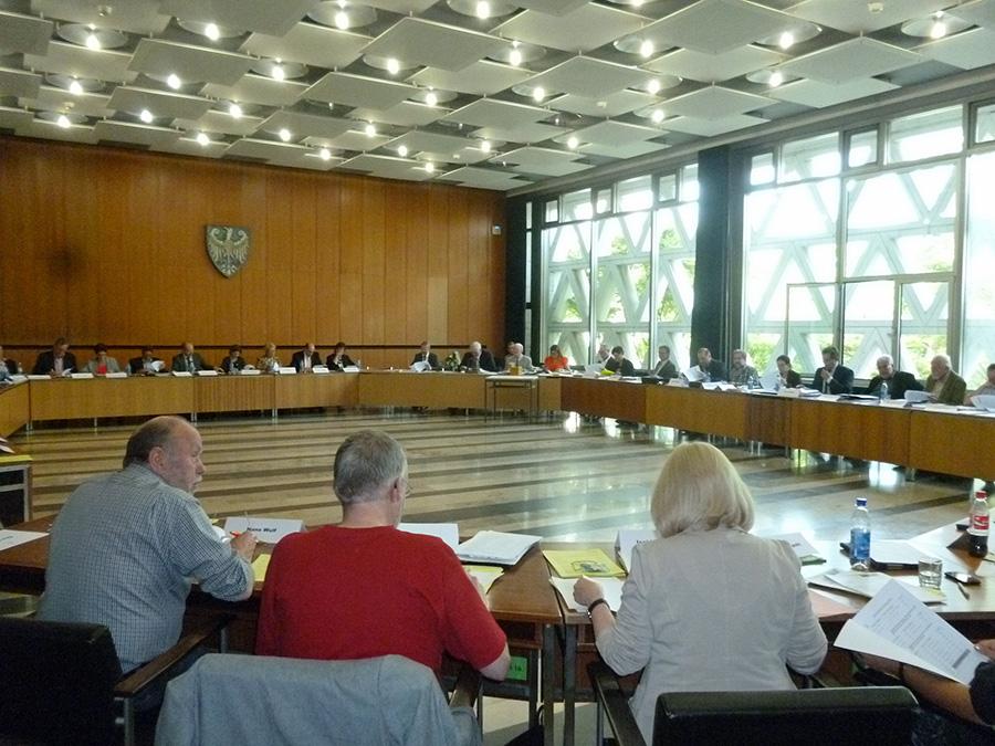 Der auf 48 Mitglieder und sieben Parteien angewachsene arnsberger Rat tagte erstmals nach der Kommunalwahl. (Foto: oe)