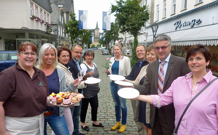 Verkehrsverein und Kulturbüro, Gastronomen, Sponsor und Blumenladen, sie alle laden zum ersten Arnsberger Altstadt-Dinner mit einer großen 100-Tische-Tafel zwischen Neumarkt und Glockenturm ein. (Foto: oe)