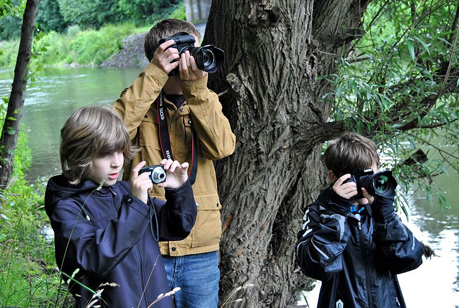 Mit der Digitalkamera können Jugendliche im Trickfilm-Workshop in der Natur an der Ruhr Motive suchen. (Foto: Stadt Arnsberg)
