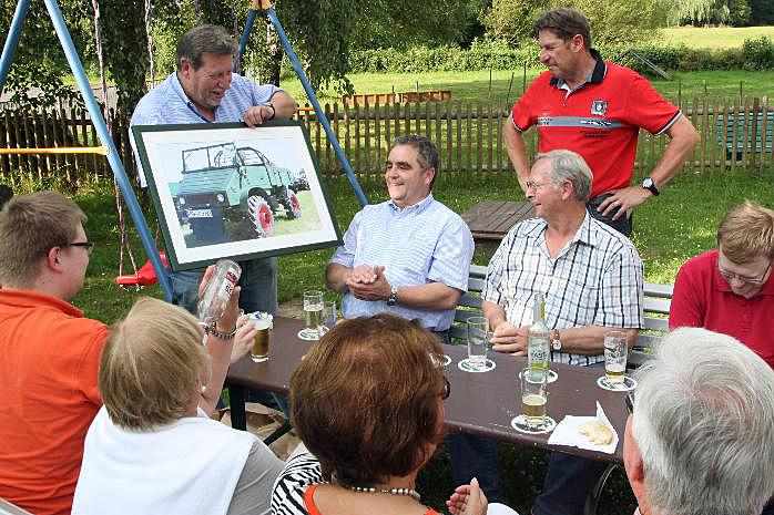 Die Hüstener CDU dankte Willi Tillmann für den Einsatz seines Oldtimer-Unimogs im Wahlkampf. (Foto: CDU Hüsten)