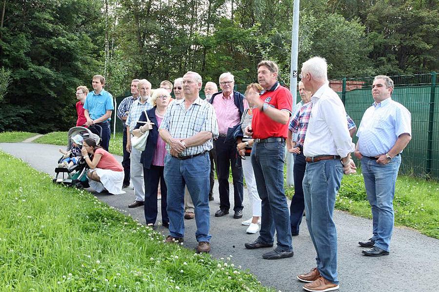 Bezirksausschussvorsitzender Günter Goßler erläuterte beim CDU-Sommerspaziergang in Hüsten die Bauarbeiten an der Ruhr. (Foto: CDU Hüsten)