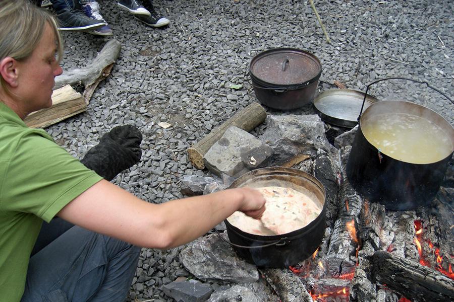 Zu einer Nacht im Wildwald Voßwinkel gehört auch das Kochen am Lagerfeuer. (Foto: Wildwald Voßwinkel)