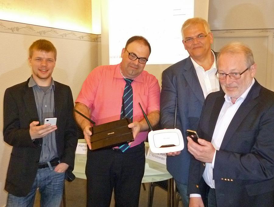 Stellten das kostenlose WLAN in Arnsberg vor: von links Daniel Wagner (Freifunk), Hans-Jörg Etzler (Verkehrsverein), Bürgermeister Hans-Josef Vogel und Heinz Hahn (Verkehrsverein). (Foto: oe)