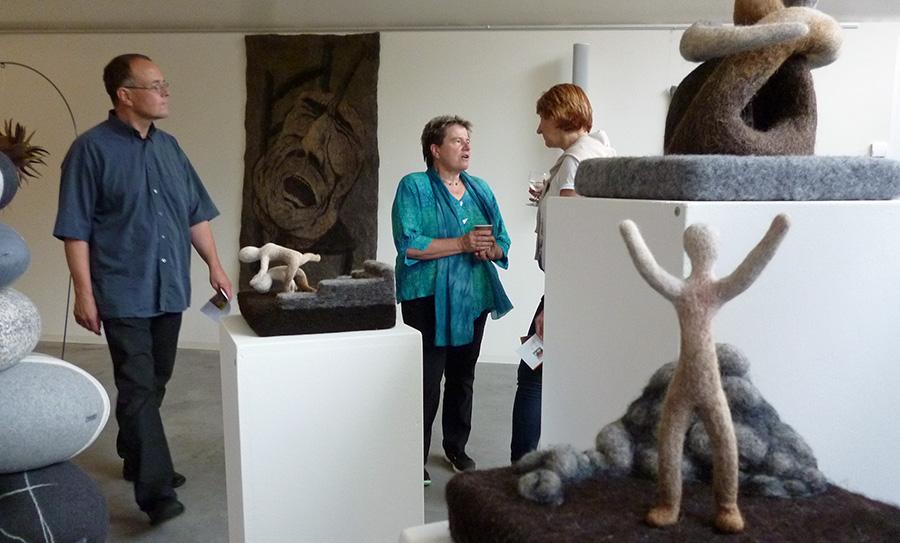 """Blick in die Ausstellung """"Faszination Filz"""" im Blauen Saal des Sauerlandmuseums. Künstlerin Beate Bossert (Mitte) mit Ulrike Schrowe und Peter Kleine. (Foto: oe)"""