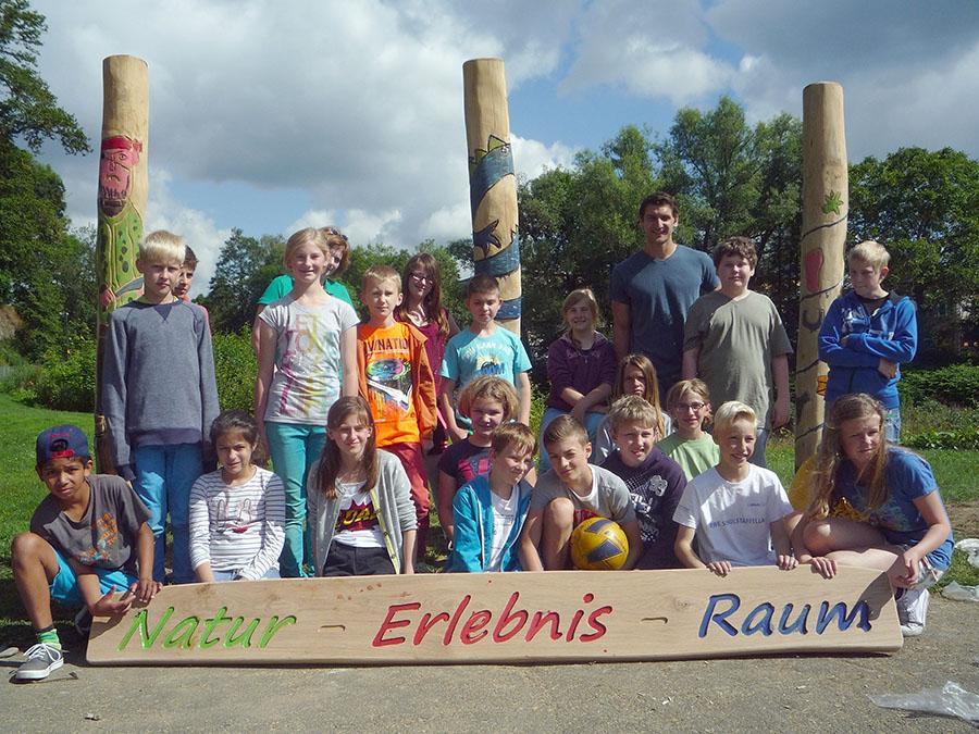 Im Rahmen einer Projektwoche gestalteten Schüler der Sekundarschule Arnsberg das bunte Eingangsportale für den neuen Natur-Erlebnis-Raum am Ruhrufer des Eichholzes. (Foto: Stadt Arnsberg)