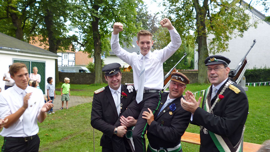 Auch Jägerkönig Gerd Webers (rechts) klatschte dem neuen Jugendkönig Marius Klocke Beifall. (Foto: oe)