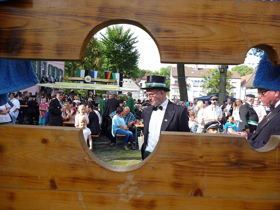 Mit Spannung warteten Vollstrecker und Publikum am Fresekenhof auf die Jägertaufe. (Foto: oe)