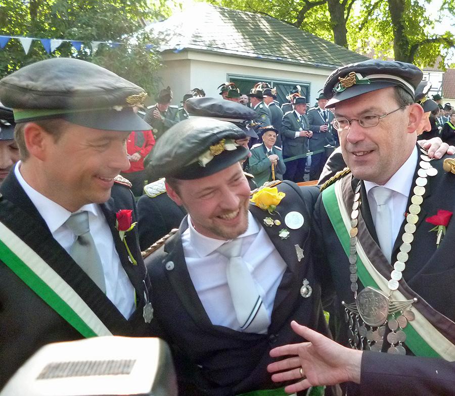 Peter Klein (Mitte) ist neuer Jägerkönig und Nachfolger von Gerhard Webers (rechts). (Foto: oe)