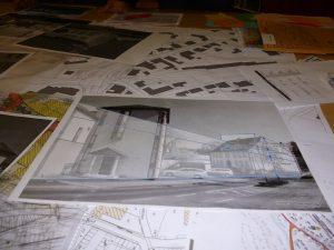 Auf dem Tisch: Planentwurf für ein Einkaufszentrum am Tigges-Platz. (Foto: oe)