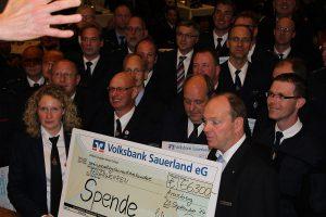 Die Volksbank Sauerland spendet den 51 Feuerwehren in ihrem Geschäftsgebiet insgesamt 66.300 Euro. (Foto: Volksbank)