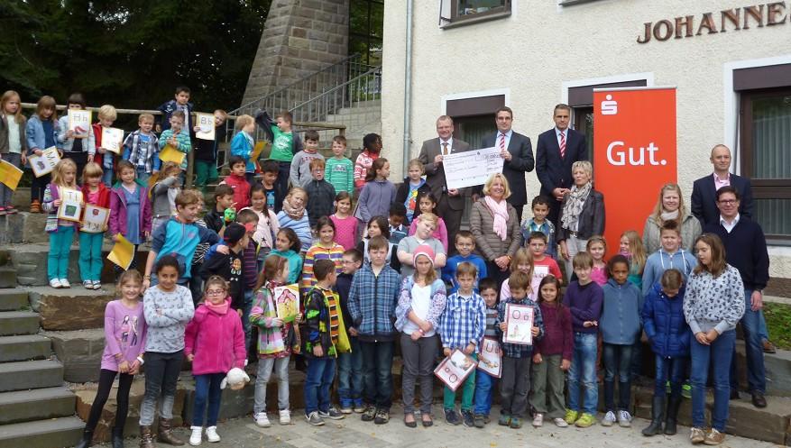 30.000 Euro hat die Sparkasse für Anschaffungen in zehn Sunderner Schulen gespendet. Die symbolische Scheckübergabe fand im neuen Teatron der Johannesschule statt, das auch aus dieser Spende finanziert wurde. Foto: oe)gespendet