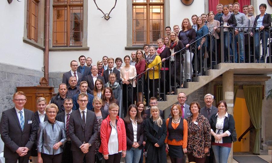 Die besten Auszubildenden aus dem Hochsauerlandkreis und die besten Absolventen einer Weiterbildungsprüfung wurden von der IHK Arnsberg für ihre hervorragenden Leistungen im Jagdschloss Herdringen ausgezeichnet. (Foto: IHK)