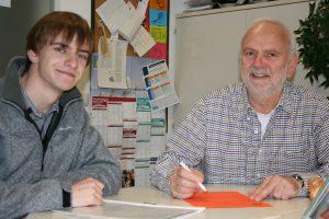 Ausbildungsplatzsuchender Christian Bauer gemeinsam mit dem Berufsberater Peter Roß. Foto: AA)