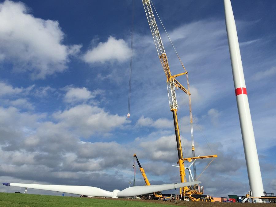 Derzeit wird bei Hövel an einem alten Standort eine neue Windkraftanlage errichtet. Auf dem weg zur Entscheidung über andere mögliche Standorte sind Sunderns Politiker einen Schritt weiter. Die Entscheidung fällt am 2. Dezember. (Foto: BAS)