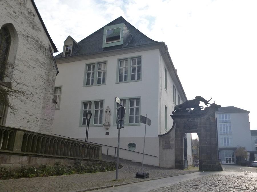 Das Arnsberger Stadtarchiv ist jetzt zehn Jahre im ehemaligen Kloster Wedinghausen und bietet den Bürgern am Sonntag interessante Jubiläumsaktionen an. (Foto: oe)