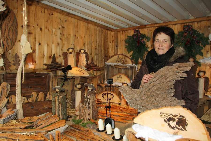 Gabi Wenner ist mit ihrem Stand Stammgast auf dem Weihnachts-Waldmarkt in Voßwinkel. (Foto: Wildwald)