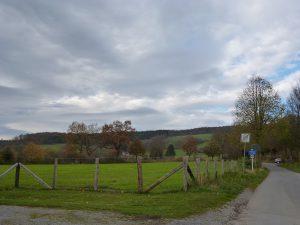 Dunkle Wolken über der Hellefelder Höhe. zwei Flächen nördlich von Hellefeld und nordöstlich von Westenfeld sind als einzige Windrad-Standorte ausgewählt worden. (Foto: oe)