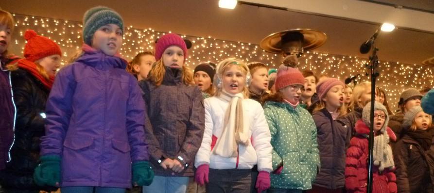 Die Kinder der Singschule St. Petri in Hüsten sangen zur Eröffnung des Arnsberger Weihnachtsmarkts. (Foto: oe)
