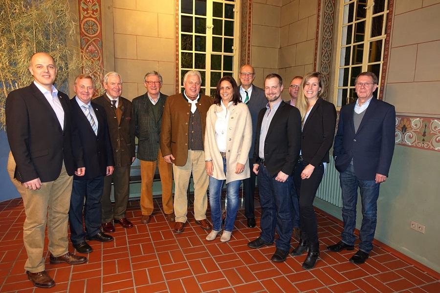 Das Jägerkönigspaar Peter Klein und Christina Gerke, Jägeroberst Klaus Humpe sowie einige Jubilare und Mitglieder des geschäftsführenden Vorstands. (Es sind nicht alle Jubilare auf dem Foto vertreten.) (Foto: Jägerverein)