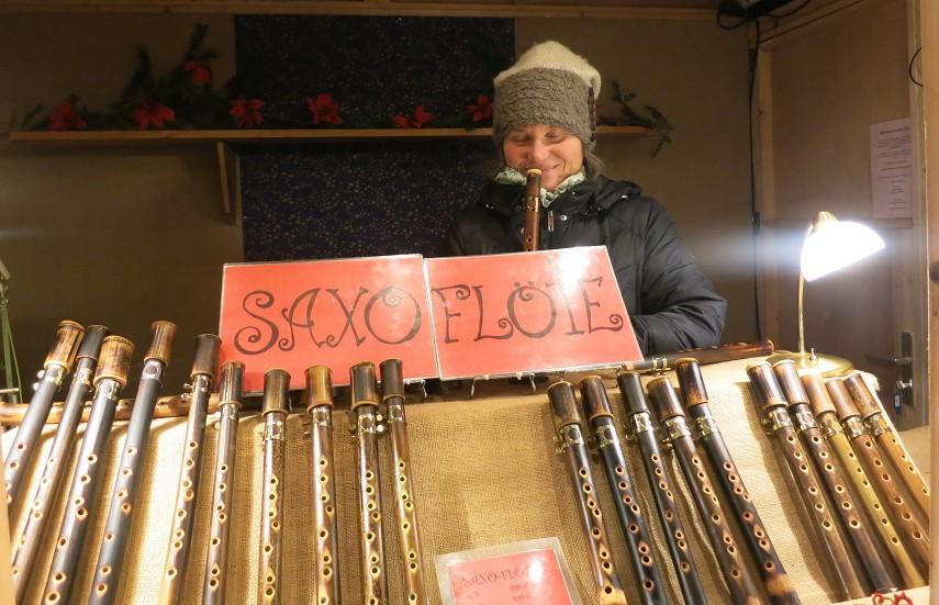 Dhara S. Reisner, Saxophonistin und Saxoflötenbauerin, ist für drei Tage zu Gast beim Arnsberger Weihnachtsmarkt. (Foto: Verkehrsverein)