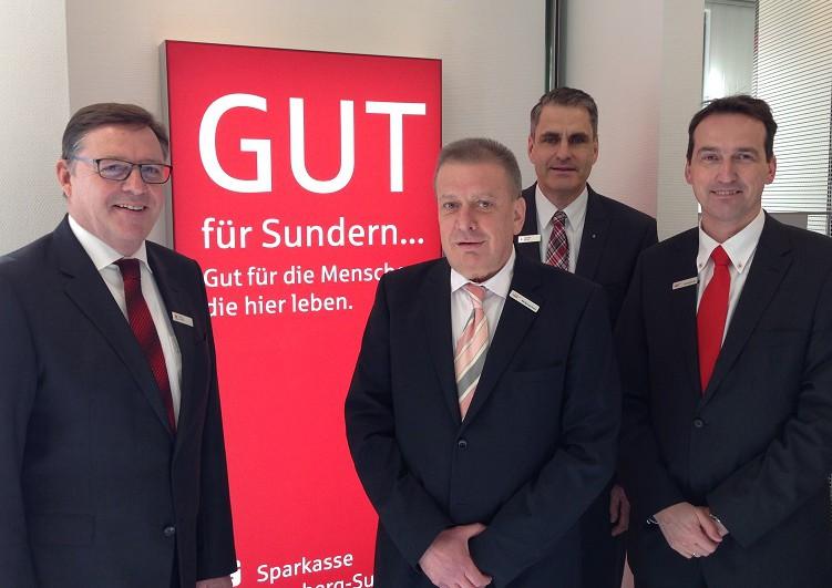 Freuen sich über den erfolgreich abgeschlossenen Umzug der LBS ins Sunderner Sparkassengebäude: von links: Georg Schelle (Sparkasse),Wolfgang Bayer (LBS), Stephan Köster (Sparkasse) und Christoph Döller (LBS). (Foto: Sparkasse)