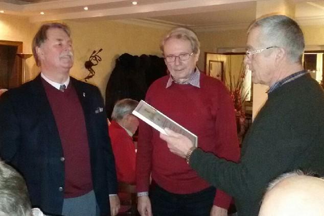 Ehrung für 60-jährige Mitgliedschaft beim MGV Concordia: v.l.n.r.: 1.Vorsitzender Klaus Meier, Jubilar Heinz Lenze, Chorleiter Bernd Koch. Foto: Concordia)
