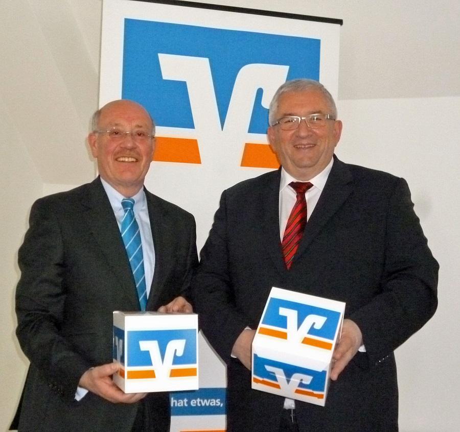 Zufrieden mit einem erfolgreichen Jahr 2014: Christian Eschbach (l.) und Jürgen Dörner, Vorstände der Volksbank Sauerland. (Foto: oe)