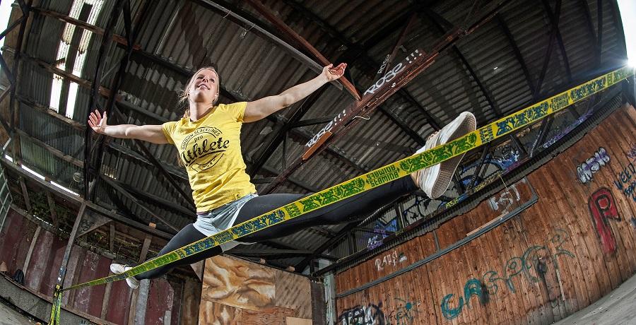 Slack-Line-Weltmeisterin Elli Schulte eröffnet die Showtime. (Photo by Gibbon Slacklines)