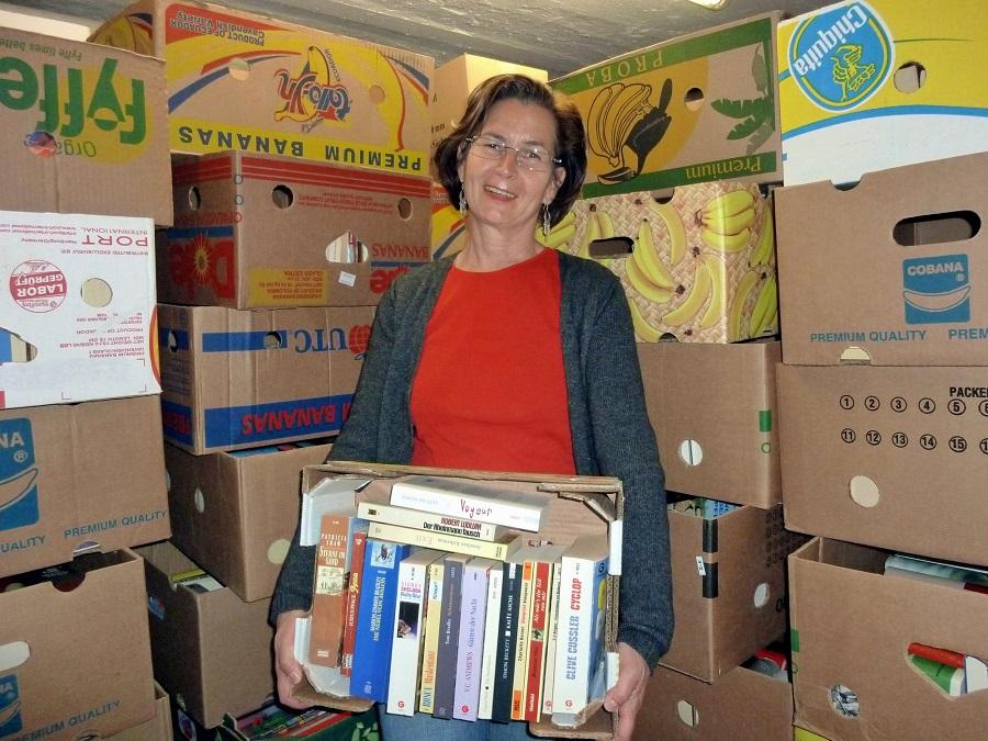 Kistenweise warten gebrauchte Bücher beim großen Bücherflohmarkt in der Stadtbibliothek Sundern auf Käufer und neue Leser. (Foto: Stadtbibliothek)