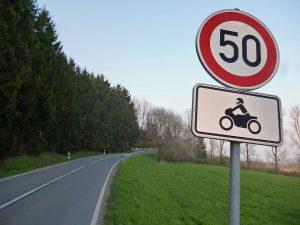 Tempobeschränkung für Motorradfahrer auf der Hellefelder Höhe. (Foto: oe)