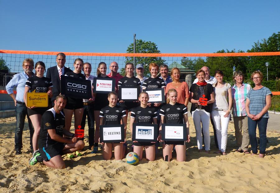 Die Bundesliga-Mannschaft des RC Sorpesee und ihre Premium-Sponsoren auf dem Langscheider Beachvolleyball-Feld. (Foto: oe)