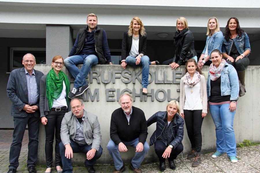 Ein Wiedersehen für Schüler und Lehrer des ersten Abi-Jahrgangs am Berufskolleg am Eichholz. (Foto: BKaE)