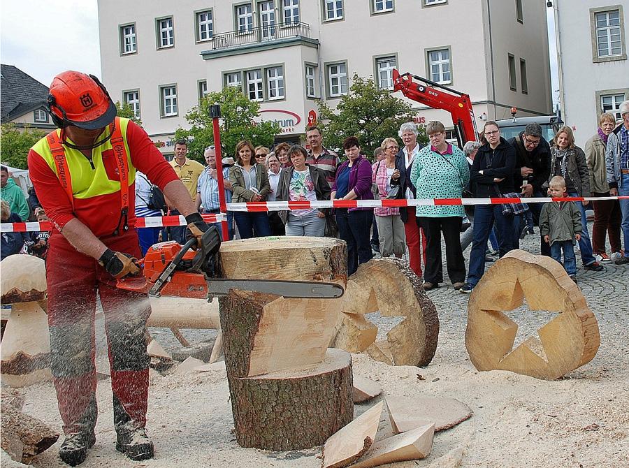 Der Arnsberger Holzmarkt hat sich zu einem Publikumsmagneten am letzten Sommerferien-Sonntag entwickelt. (Foto: Stadt Arnsberg)