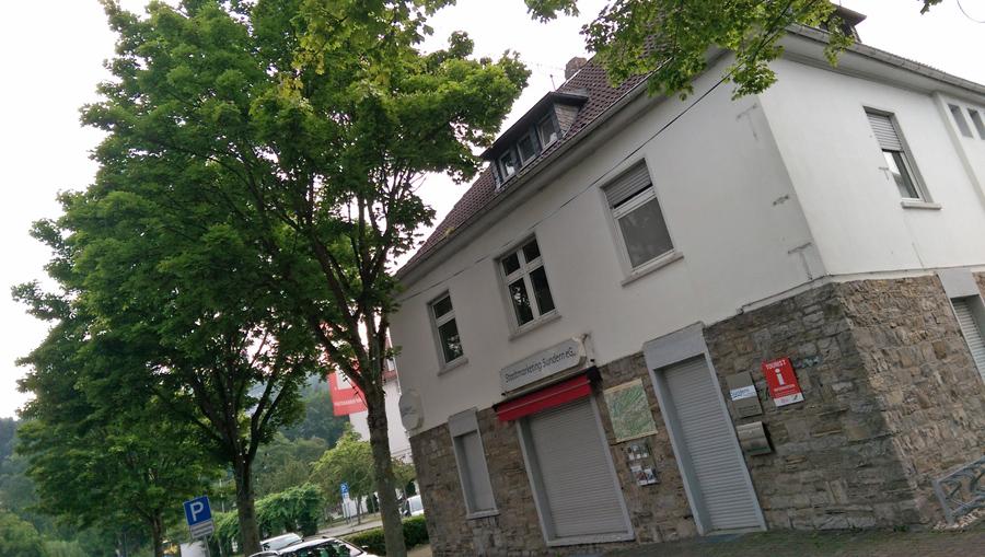 Bas Sunderner Stadtmarketing-Büro mit heruntergelassenen Jalousien. Ein symbolkräftiges Bild zur Illustrierung des FDP-Antrags. (Foto: FDP)