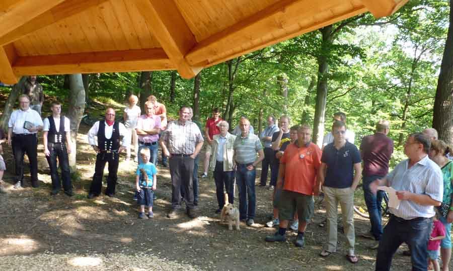 Einweihung des neuen Wetterpilzes im Eichholz, rechts Christoph Regniet, Vorsitzender der Eichholzfreunde. (Foto: oe)
