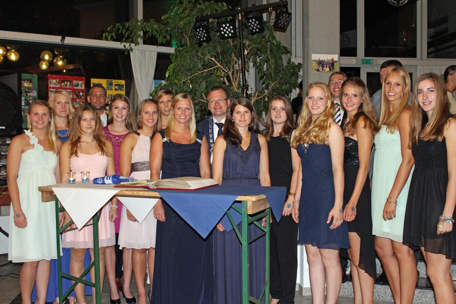Die RCS-Volleyballdamen bei der Eintragung ins Goldene Buch der Stadt Sundern. (Foto Gisbert Scheffer/RC Sorpesee)