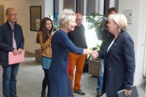 Die neue Hausherrin Diana Ewert begrüßt Ministerpräsidentin Hannelore Kraft in der Bezirksregierung. (Foto: oe)