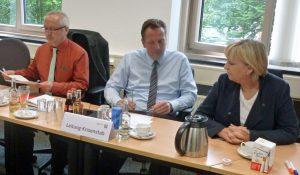 Die Ministerpräsidentin im Gespräch mit Krisenstabsleiter Thomas Sommer. (Foto: oe)