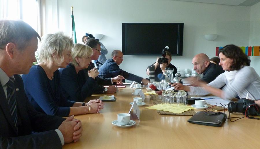 Ministerpräsidentin Hannelore Kraft beantwortet Pressefragen. Links RP-Vize Volker Milk und RP Diana Ewert. (Foto: oe)