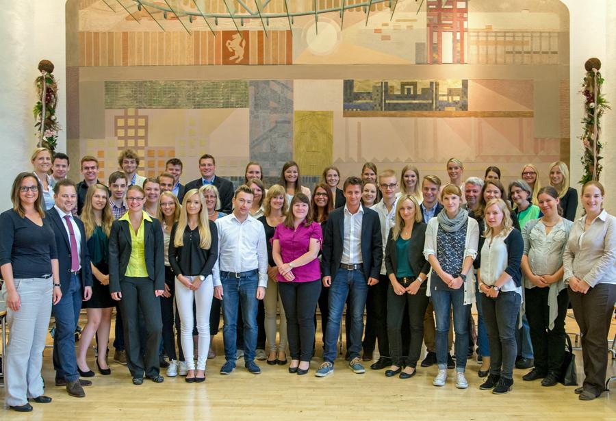 33 junge Anwärter/innen haben kürzlich ihren Dienst bei der Bezirksregierung Arnsberg angetreten.(Foto: Bezirksregierung)