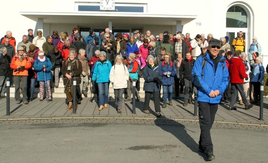 """Foto: Klaus Peters Erste große Gemeinschaftswanderung """"Quer durch Arnsberg von Hütte zu Hütte"""" im Februar 2015 mit Wanderführer Willy Verbanc. (Foto: Klaus Peters)"""