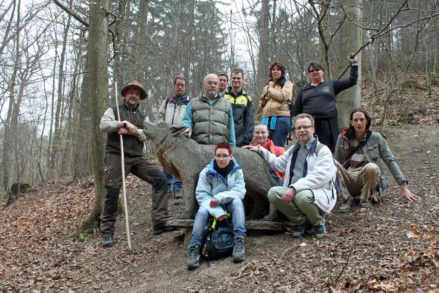 Die Gruppe der Caritas-Werkstätten mit Förster Wolfram Blanke (3.v.l.)und Ranger Oliver Szodruch (l.). (Foto: privat)