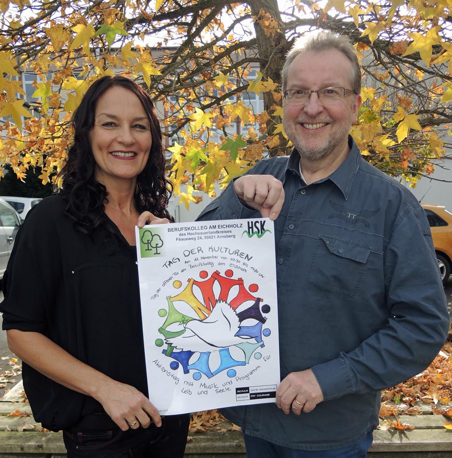 Jutta Stöwe-Grote und Roland Piontek präsentieren das Plakat zum tag der Kulturen am Berufskolleg am Eichholz. (Foto: BKAE)