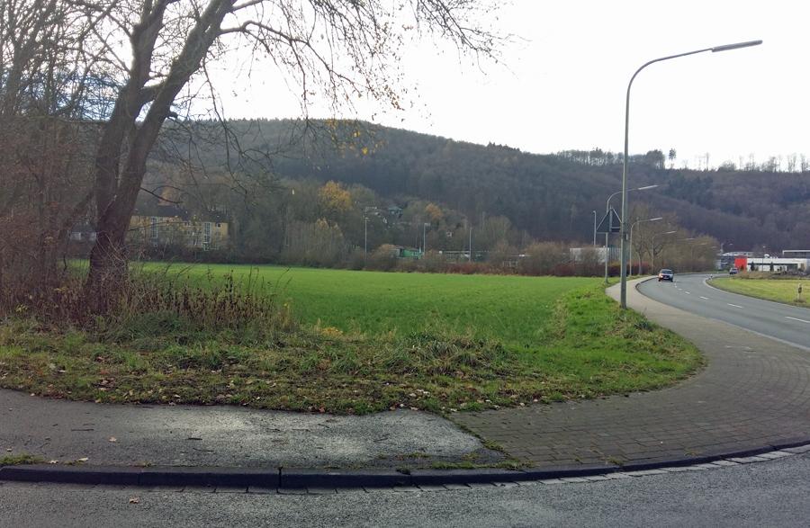 Auf diesem Grundstück im Alten Feld planen zwei Arnsberger Investoren eine Soccer-Doppelhalle mit Gastronomie. (Foto: oe)