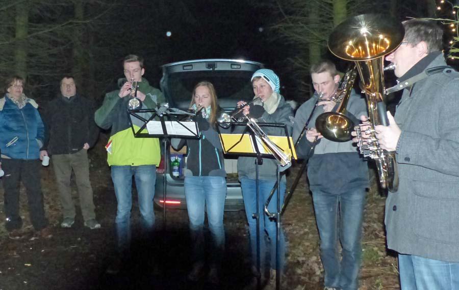 Nikolauswanderung mit Blasmusik in Altenhellefeld. (Foto: SGV)