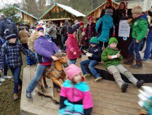 Das historische Kinderkarussell auf dem Arnsberger Weihnachtsmarkt. (Foto: oe)