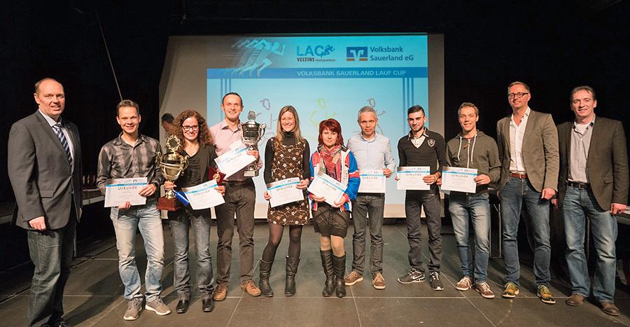 Die Hauptsieger beim Lauf Cup 2015 auf der Bühne der KulturSchmiede. (Foto: LAC/Wolfgang Detemple)